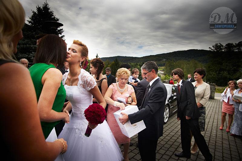 Fotogrania ślubna Brenna - przed kościołem