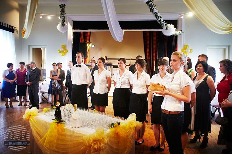 Weselny obyczaj przywitania Młodej Pary chlebem i solą