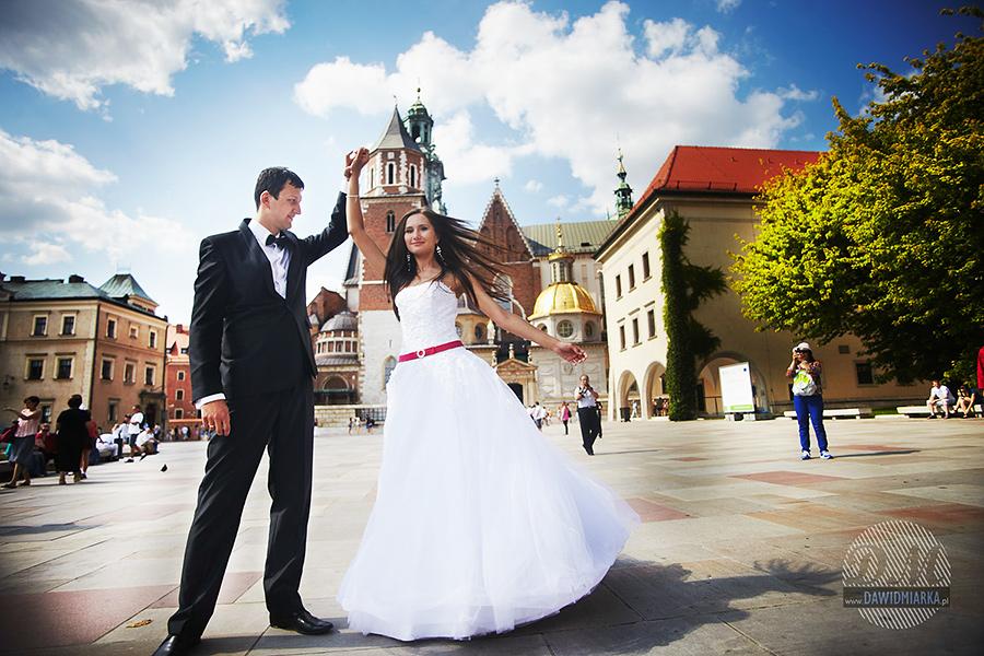 Państwo młodzi przed Katedrą Wawelską.