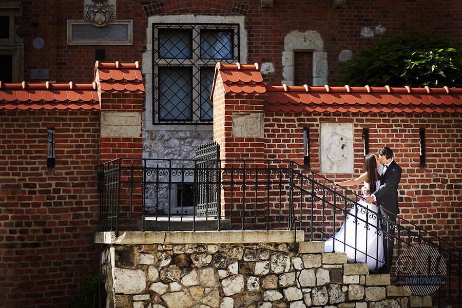 Pocałunek na schodach w Krakowie.