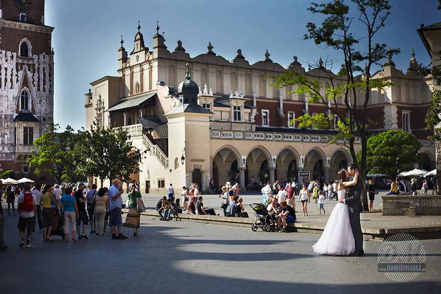 Ślubne zdjęcia na Rynku w Krakowie.