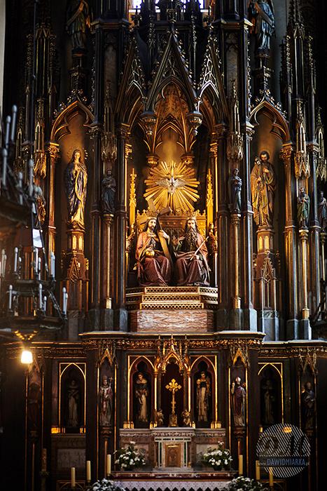Bazylika Dominikańska w Krakowie, z widokiem na ołtarz. Zdjęcie wykonane na ślubie.