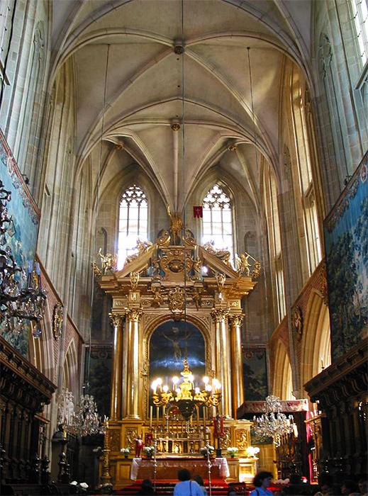 Katedra wawelska zdjęcie wnętrz z widokiem na ołtarz.