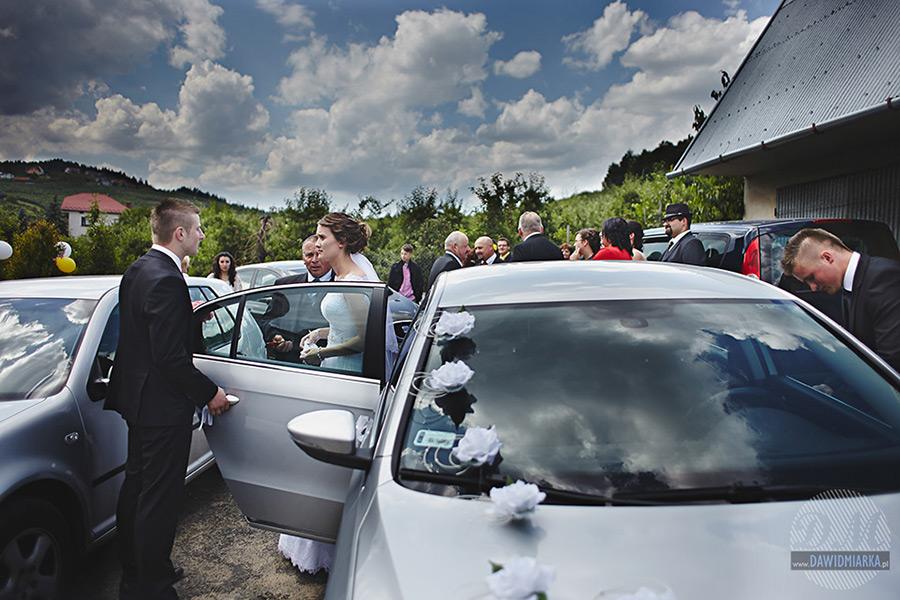 Para młoda przed odjazdem do kościoła. Fotografia ślubna Stary Sącz.
