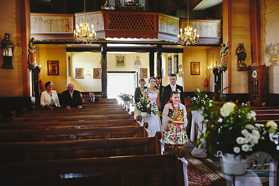 Wejście do kościoła. Jaki fotograf na ślub Stary Sącz?
