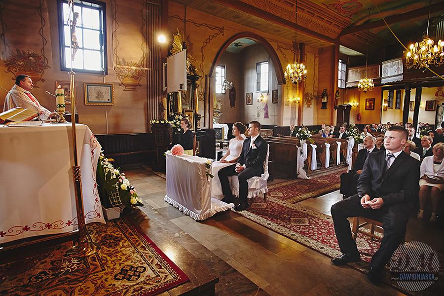 Ślub w kościele parafialnym w Czarnym Potoku koło Nowego Sącza.