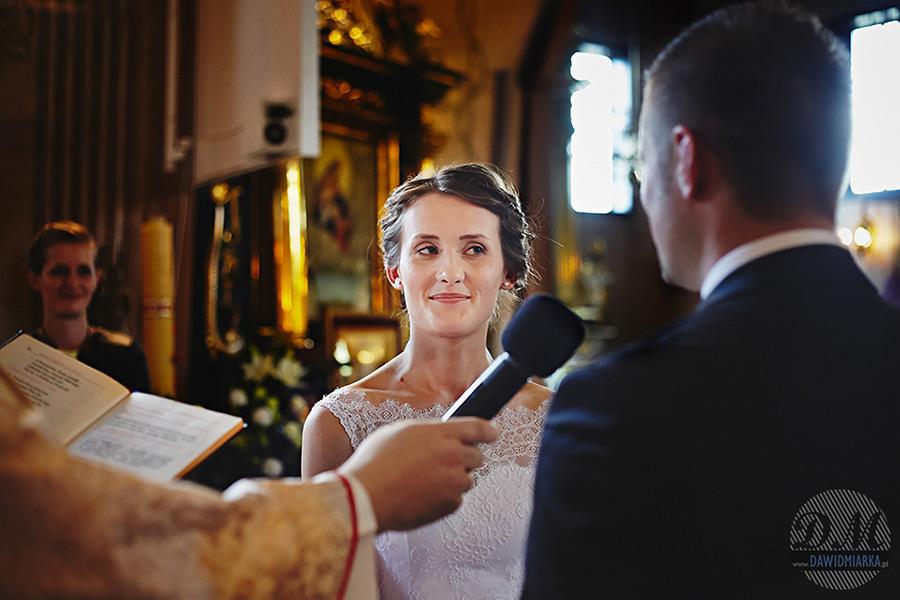 Panna młoda przed przysięgą na fotografii ślubnej w Starym Sączu.