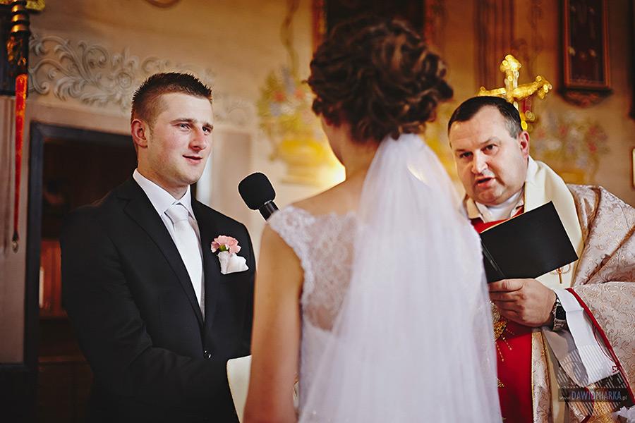 Pan młody podczas przysięgi na fotografii ze ślubu w Nowym Sączu.