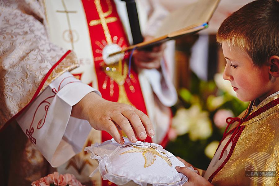 Poduszka i obrączki w trakcie mszy ślubnej w Czarnym Potoku niedaleko Starego Sącza.