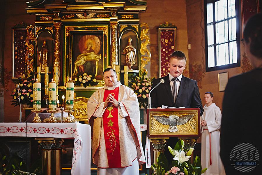 Świadek czytający mowę ślubną.