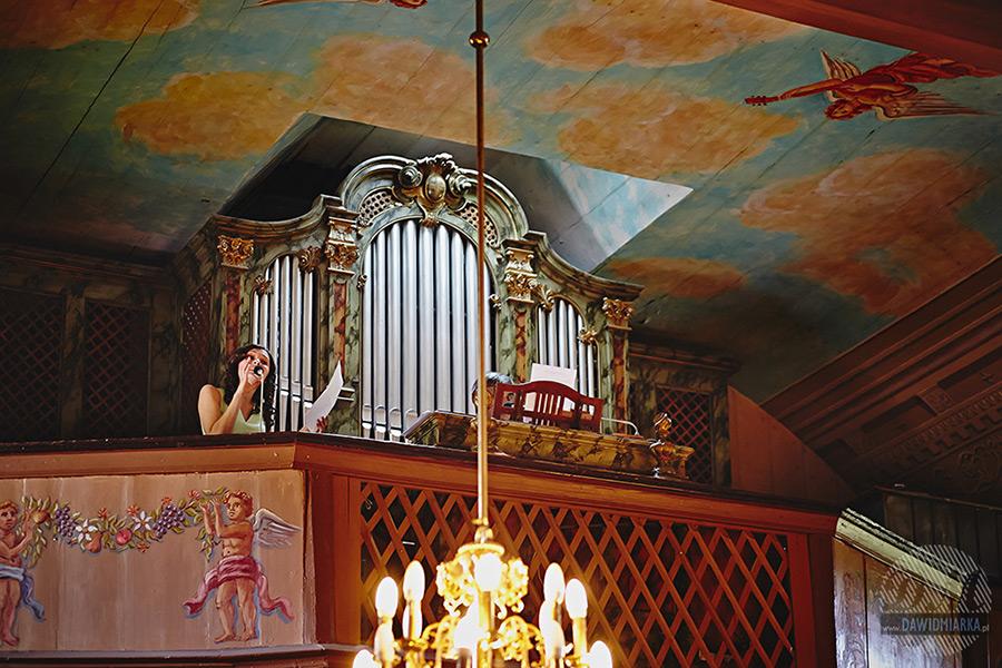 Solistka z chóru w kościele w Czarnym Potoku.