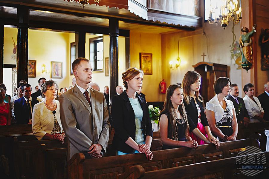 Goście weselni podczas mszy ślubnej.