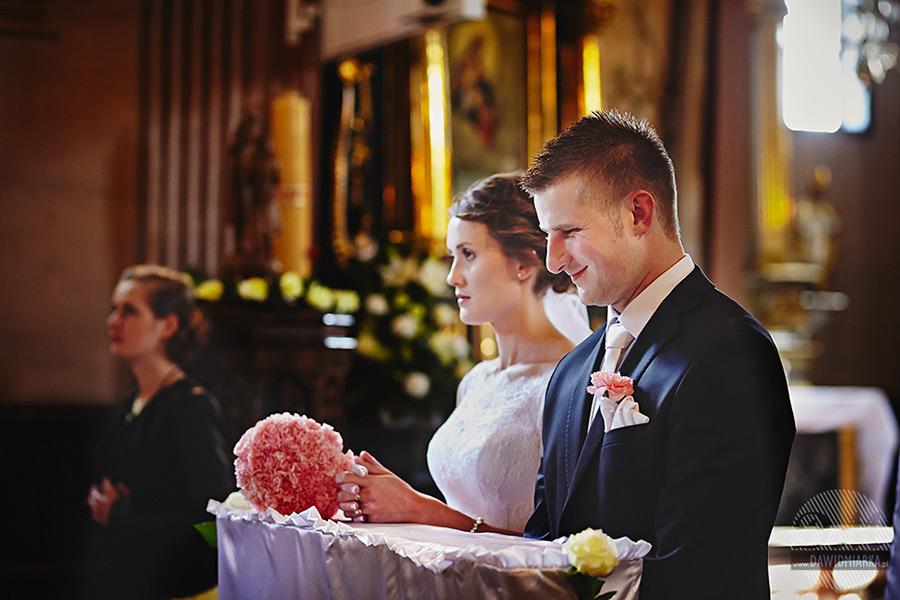 Uśmiechnięty Pan młody podczas ślubu.
