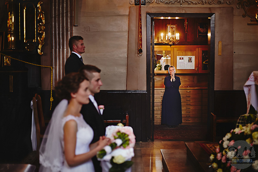 Zakonnica podczas ślubu na fotografii ślubnej ze Starego Sącza.