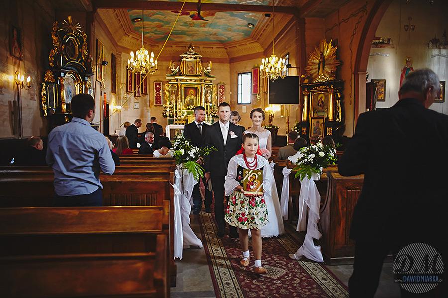 Fotograf ślubny Stary Sącz - wyjście z kościoła w Czarnym Potoku.