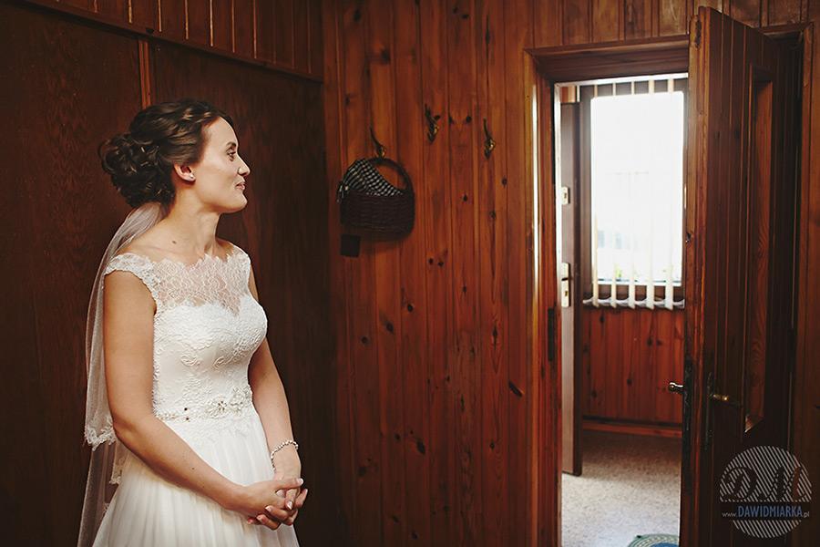 Panna młoda wyczekująca przyszłego męża.