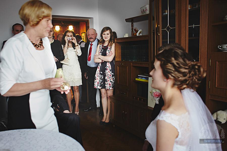 Błogosławieństwo pary młodej. Fotograf ślubny Stary Sącz.