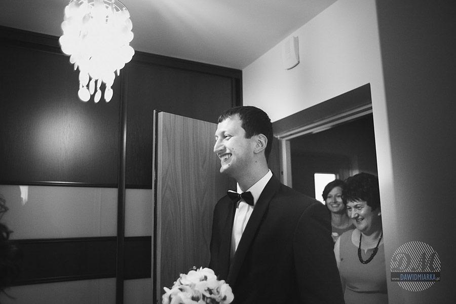 Uśmiechnięty Pan młody wita się ze swoją przyszłą małżonką w Krakowie.