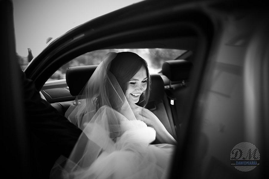 Panna młoda w samochodzie. Najlepszy fotograf na ślub z Krakowa.