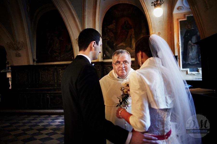 Rozmowa z księdzem przed ślubem w Bazylice Dominikanów w Krakowie.