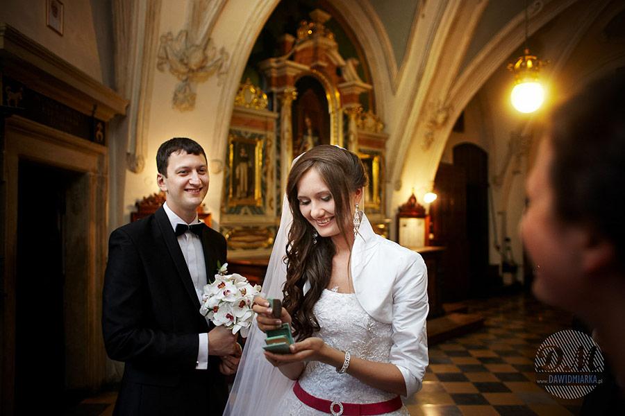 Ostatnie przygotowania i poprawki urody przed wejściem do kościoła na swój własny ślub w Krakowie w katedrze Dominikańskiej.