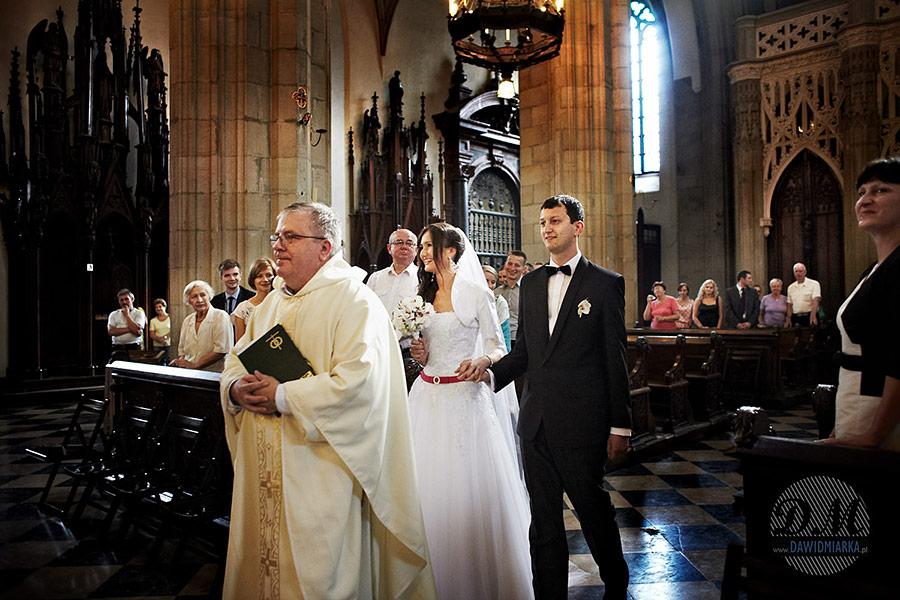Wejście na ślub w kościele Dominikanów w Krakowie. Fotografia ślubna.