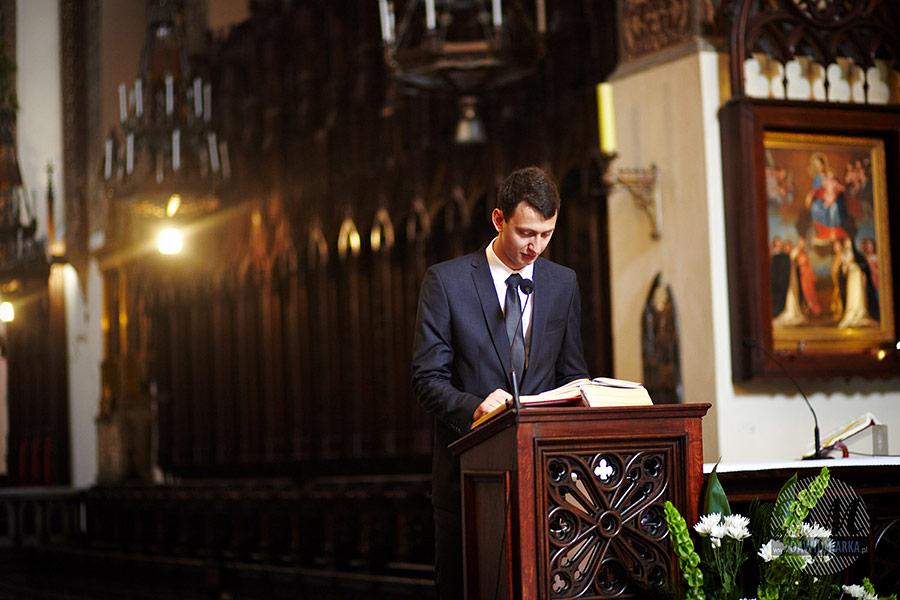 Czytanie na ślubie. Widok na ołtarz w bazylice Dominikanów. Przemowa na ślubie, fotograf ślubny Kraków.