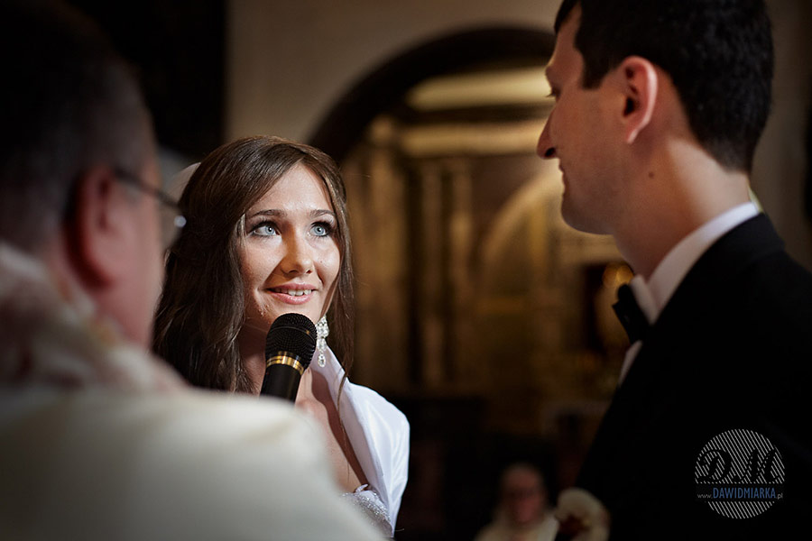 Fotografia ślubna Kraków. Panna młoda podczas przysięgi w kościele Dominikanów.