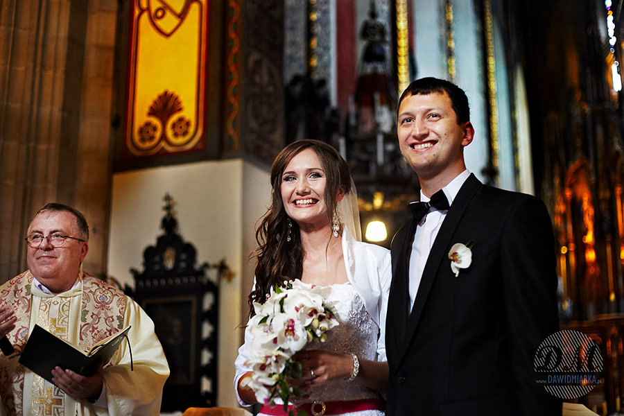 Szczęśliwa Para młoda tuż po przysiędze w kościele Dominikanów w Krakowie. Cudowne zdjęcia ślubne Kraków.