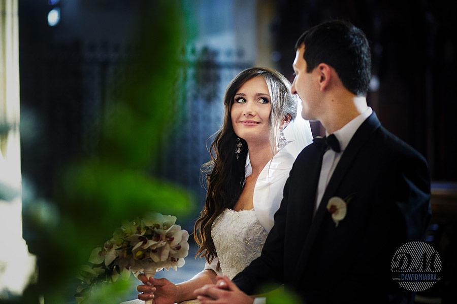Fotografia ślubna Kęty, uśmiechnięta Panna młoda ściskająca dłoń Pana młodego.