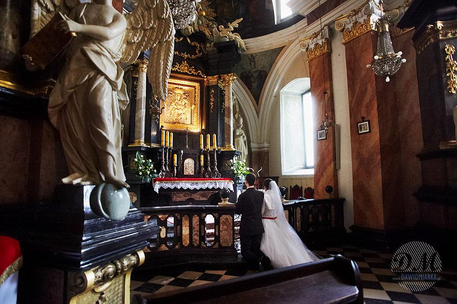 Para młoda przed ołtarzem w Kętach.