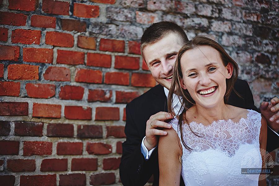 Uśmiechnięta para młoda.