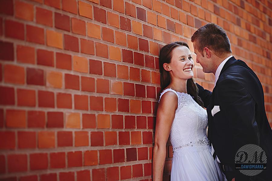 Para młoda przy murze Wawelskim.