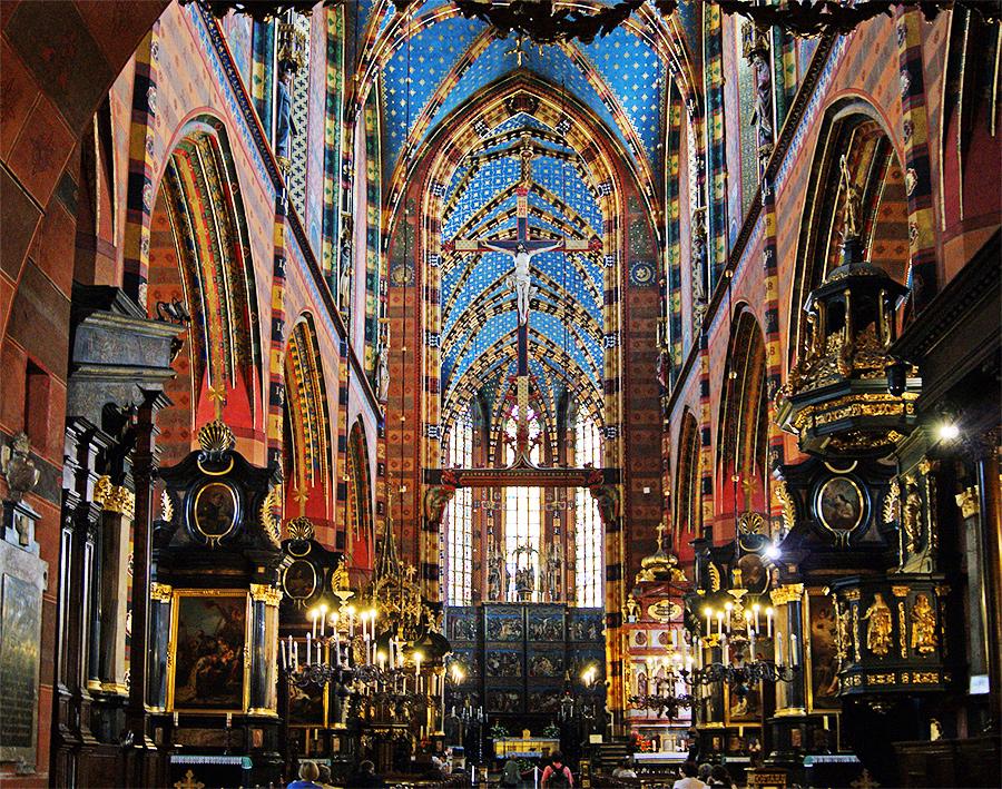Wnętrze kościoła Mariackiego, widok w stronę ołtarza. Fotograf na ślub.