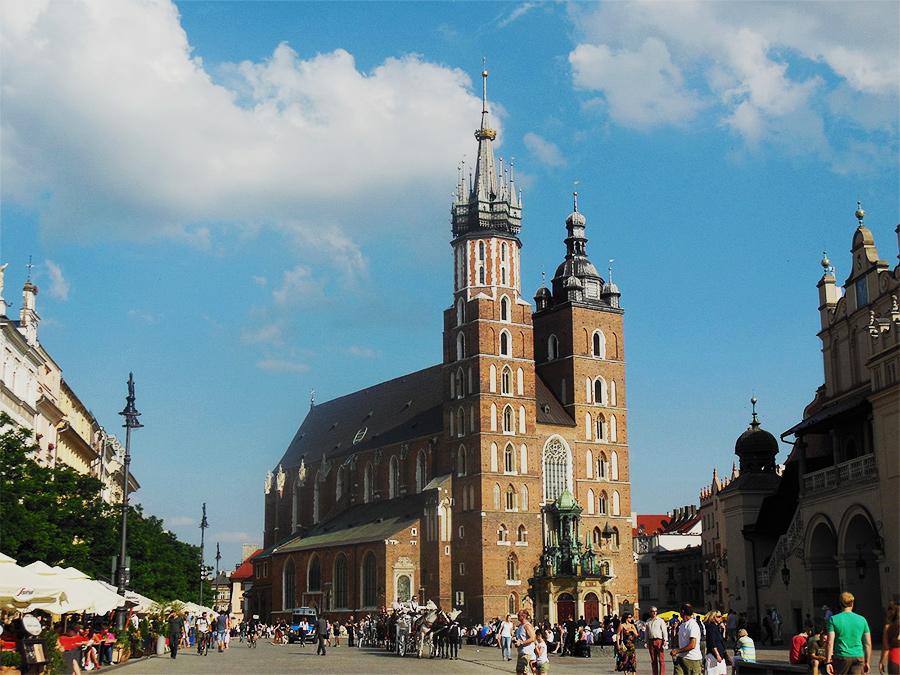 Fotografia ślubna w Kościele Mariackim Kraków widok z rynku
