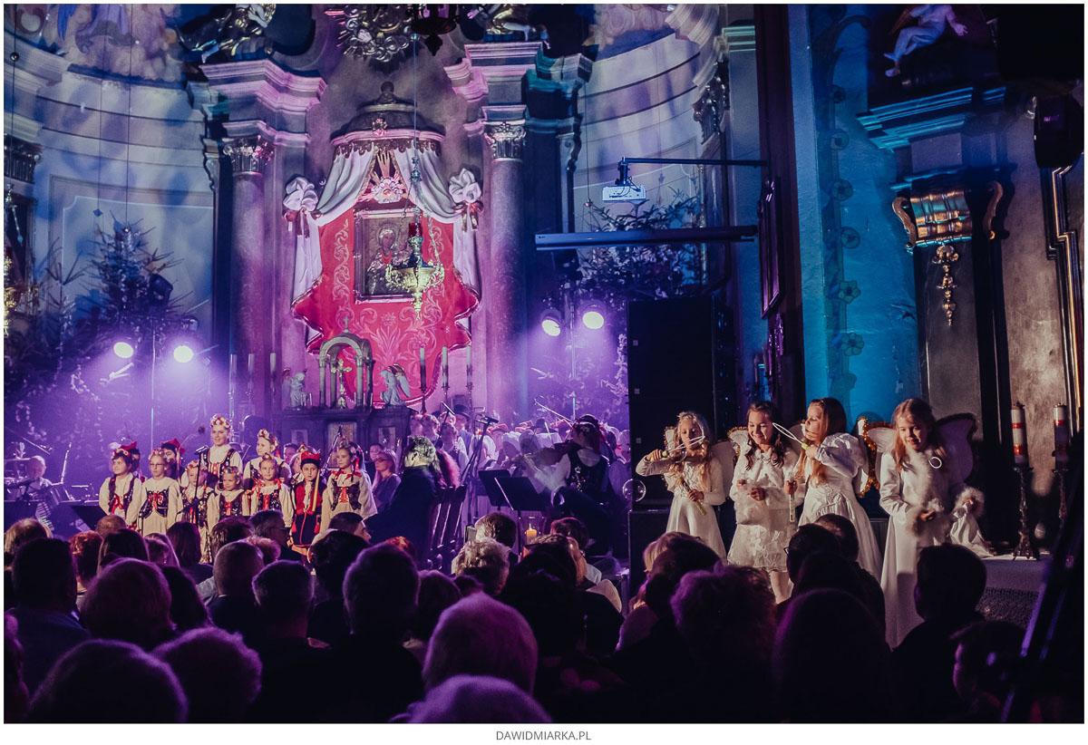 Grupa dziecięca Ludowego Zespołu Pieśni i Tańca Andrychów koncert kolęd i pastorałek w kościele.