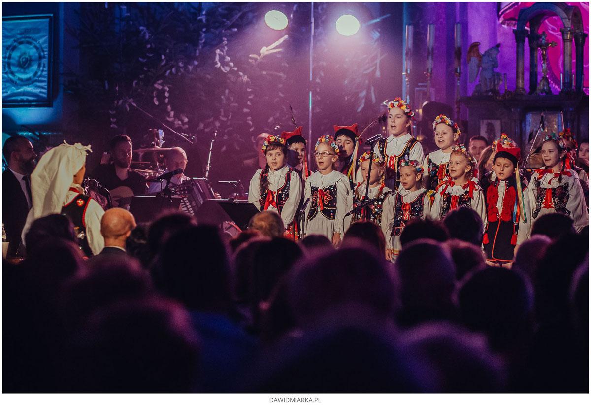 Grupa dziecięca Ludowego Zespołu Pieśni i Tańca Andrychów w strojach ludowych śpiewa kolędy i pastorałki w kościele w Inwałdzie 700 lecie.