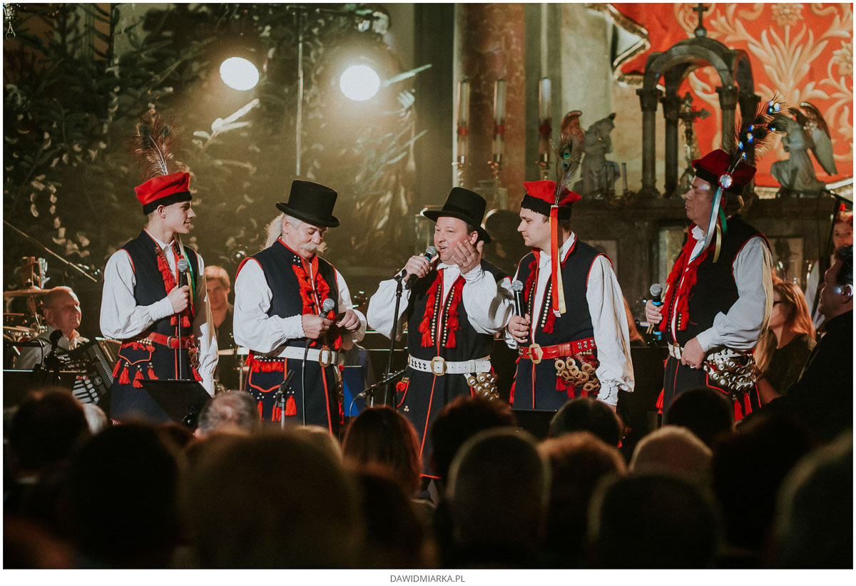 Kapela Ludowego Zespołu Pieśni i Tańca Andrychów śpiewa kolędy i pastorałki na koncercie w kościele w Inwałdzie.