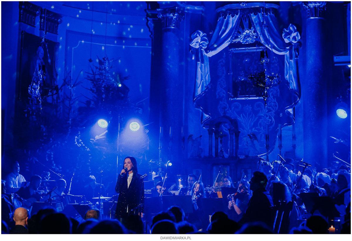 Kasia Kowalska śpiewa przed ołtarzem Matki Boskiej Inwałdzkiej.