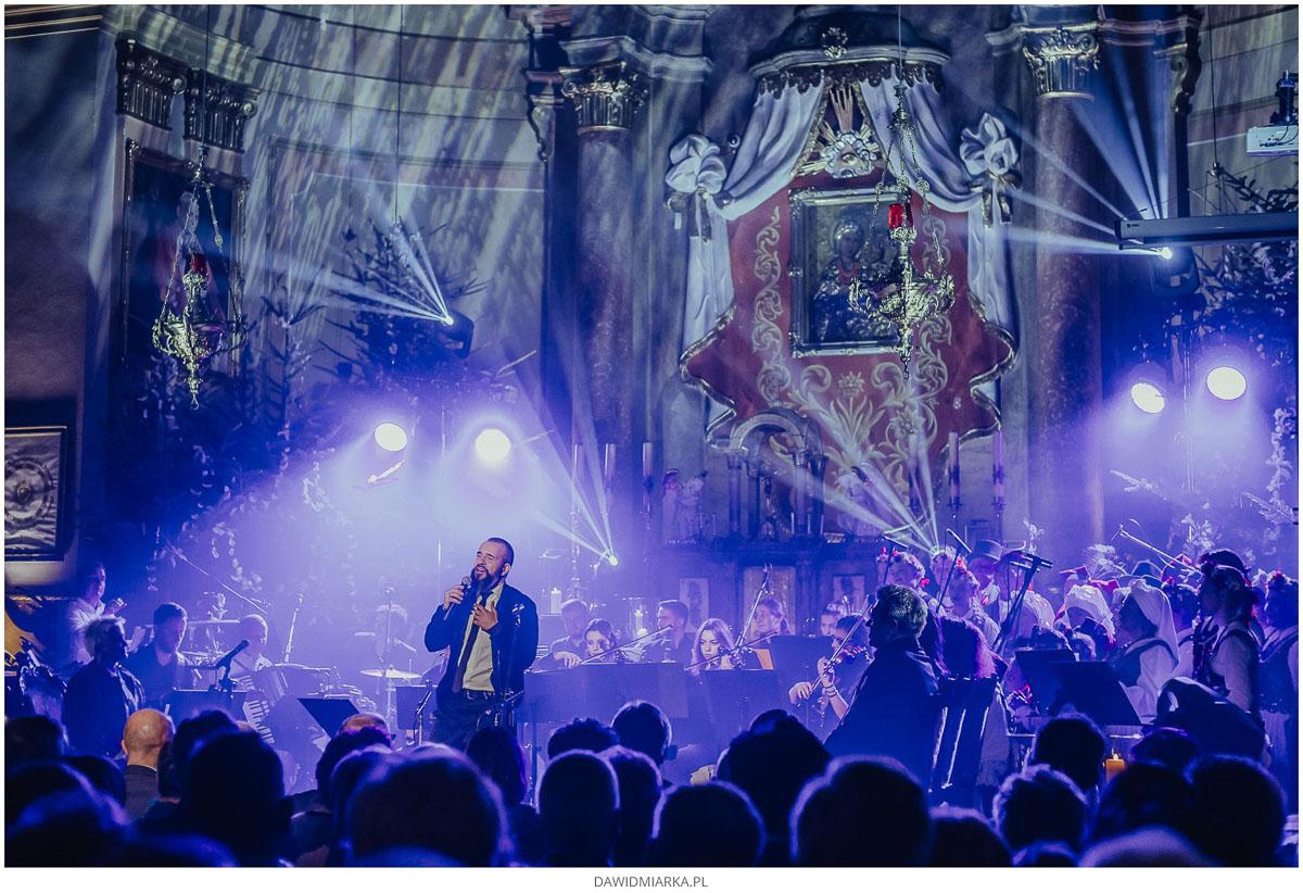 Daniel Moszczyński śpiewa piosenki przed obrazem Matki Boskiej Inwałdzie na koncercie kolęd.
